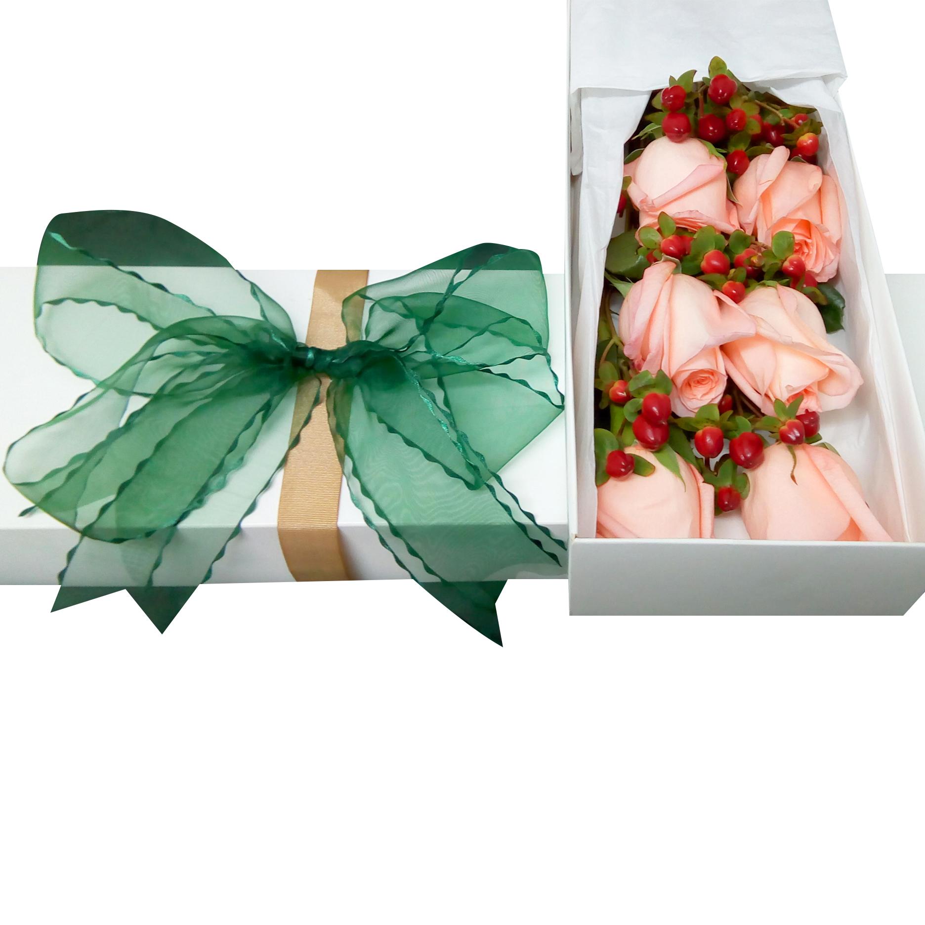 Caja con 6 Rosas de color Rosado mas Hypericum Rojo