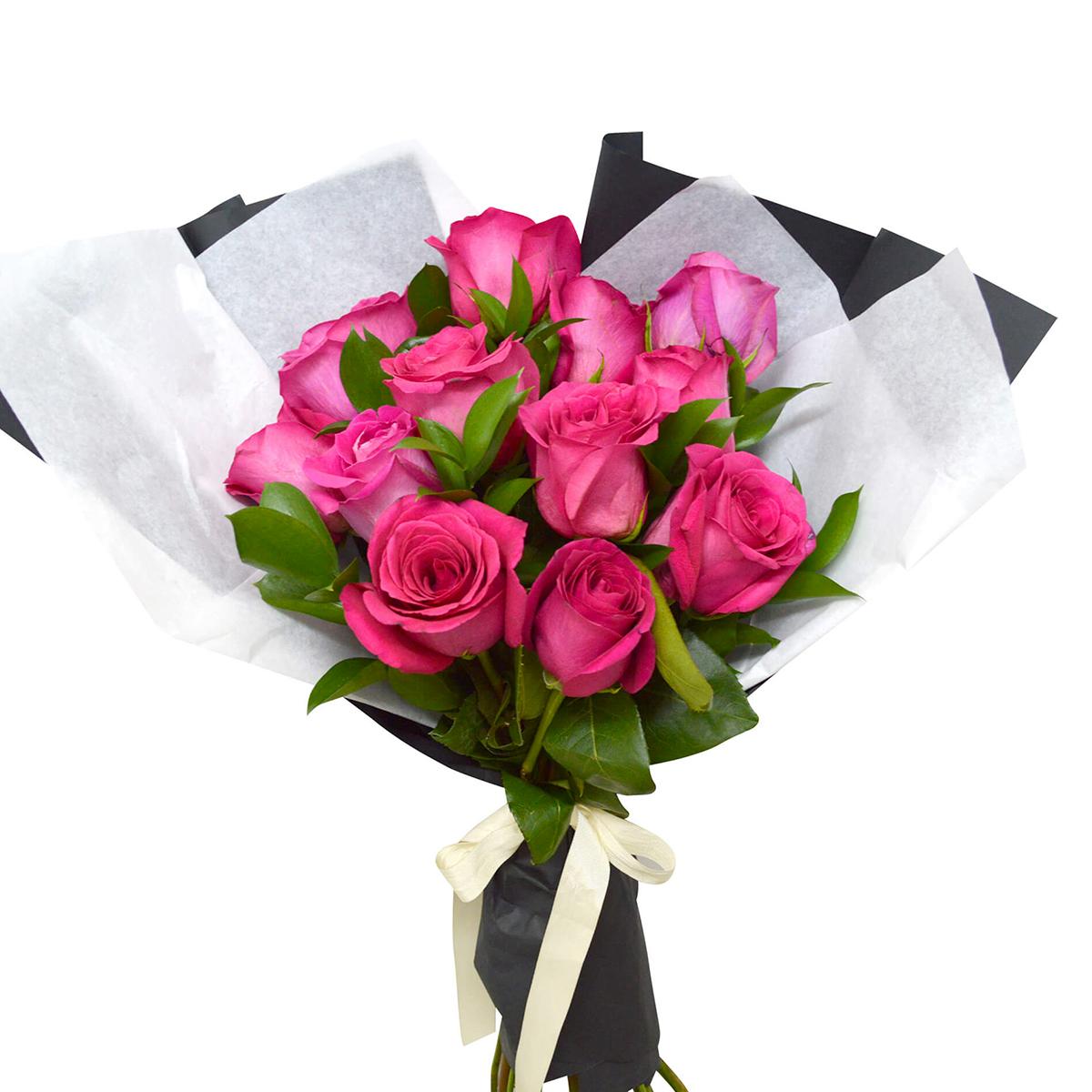 Ramo de 12 Rosas de color fucsia mas Ruscus