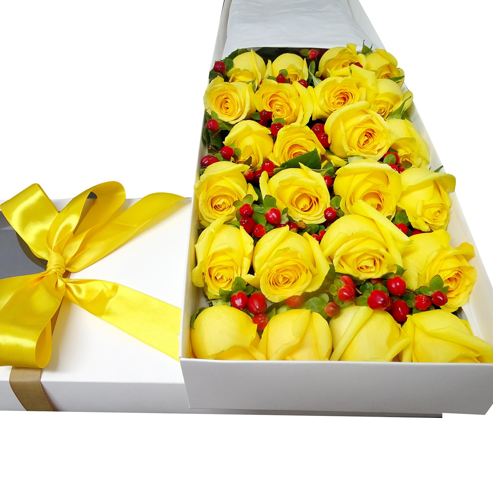 Caja de 24 Rosas de color Amarillo mas Hypericum