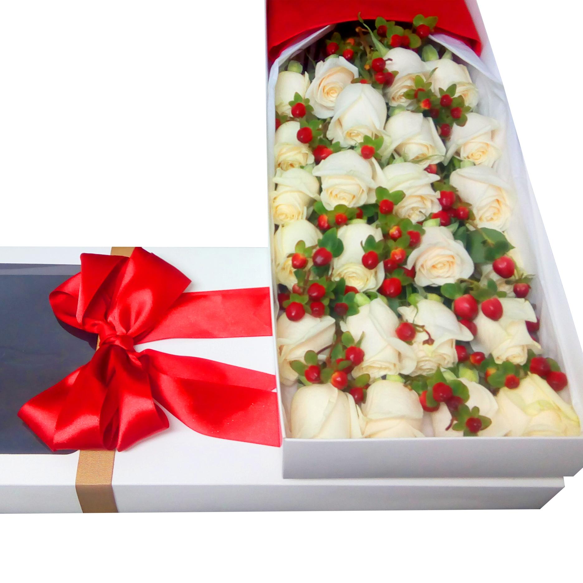 Caja con 24 Rosas de color Blanco mas Hypericum rojo