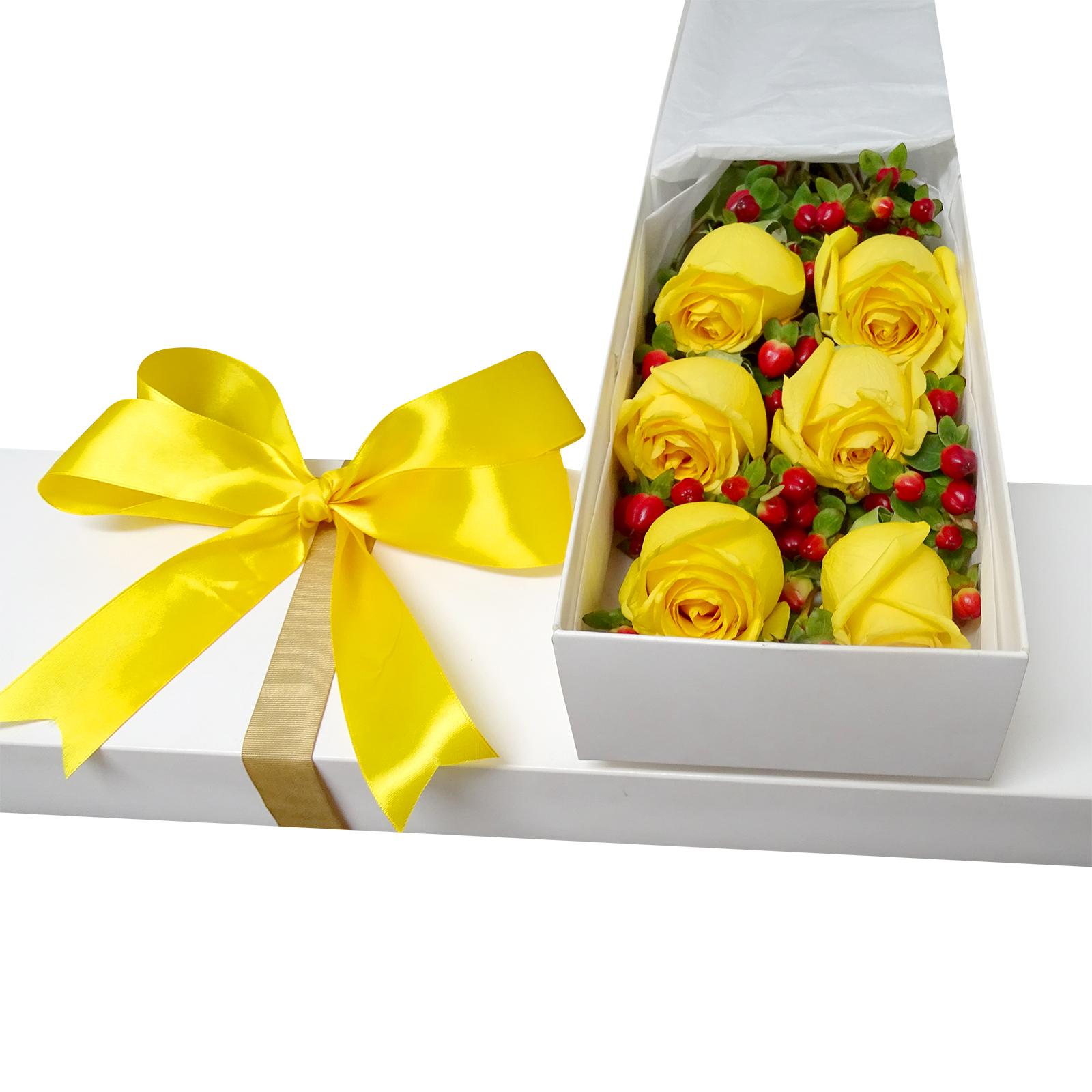 Caja con 6 Rosas de color Amarillo mas Hypericum