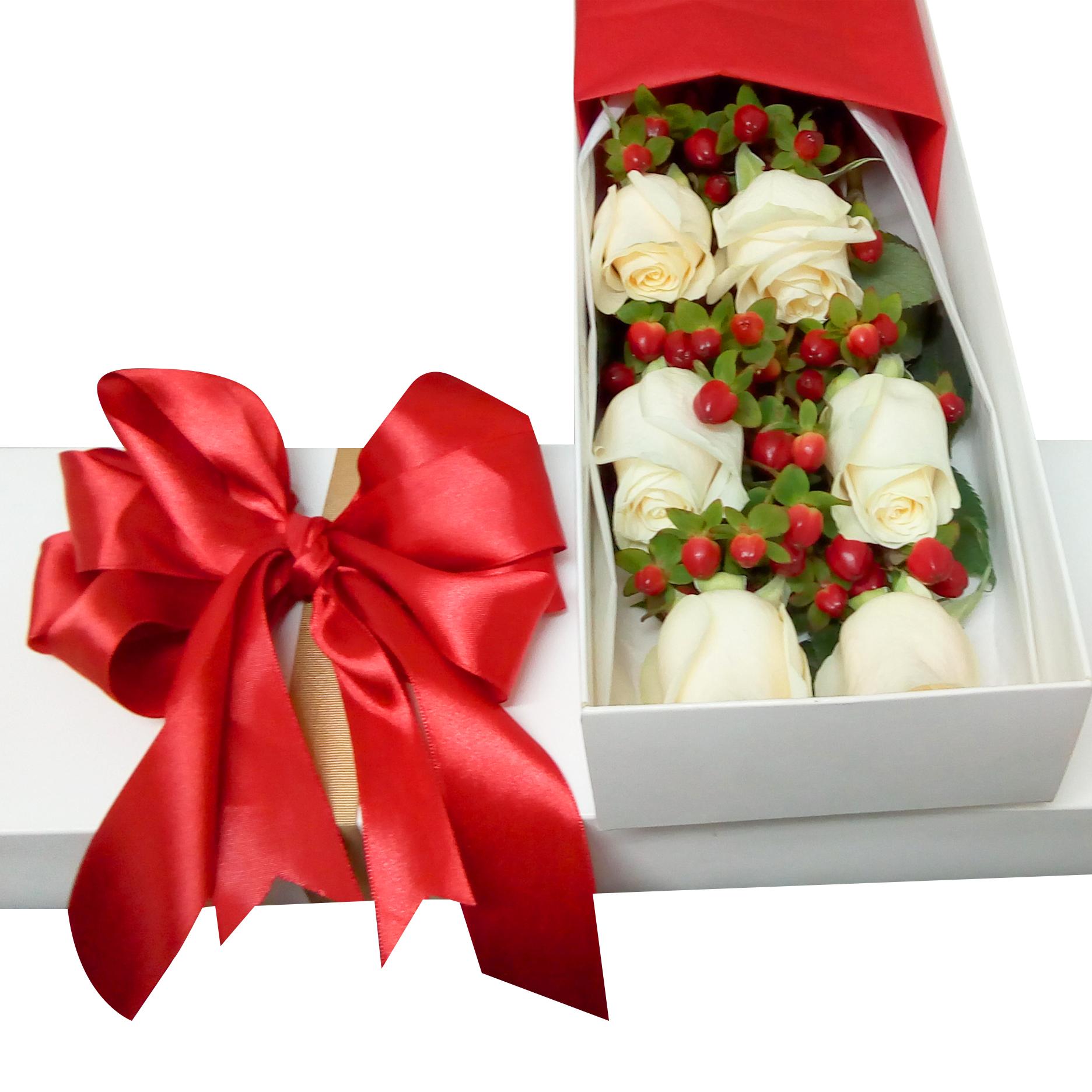 Caja con 6 Rosas de color blanco mas Hypericum